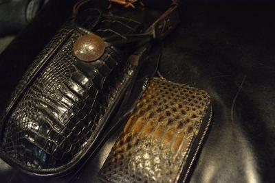 37eacf70e508 ずっと使っているクロコのウエストホルダーと、財布。 前回お買い上げいただいた、パイソンのコインケース。
